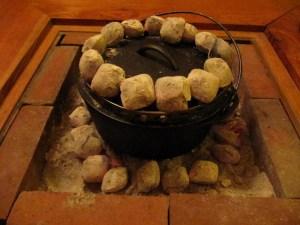 ダッチオーブンに上火の豆炭を乗せる