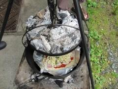 ダッチオーブンでピザを焼く