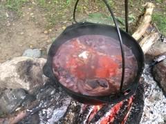 ワインで煮込んだらトマト缶、調味料を入れる