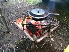 焚火台でスキレット調理