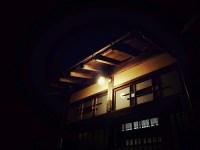 玄関を照らす街灯の灯り
