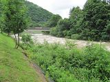 7月30日キャンプ場前を流れる実川の流れは濁流