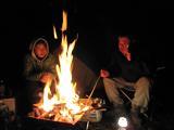 焚き火を囲んで闇夜を楽しむ