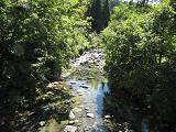 温泉の脇から見た船岐川