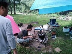 ダッチオーブンを火にかける
