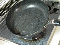 フライパンにごま油を敷く