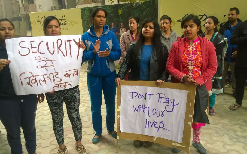 बिल्डर की लापरवाही से महिला की मौत, निवासियों ने किया विरोध प्रदर्शन