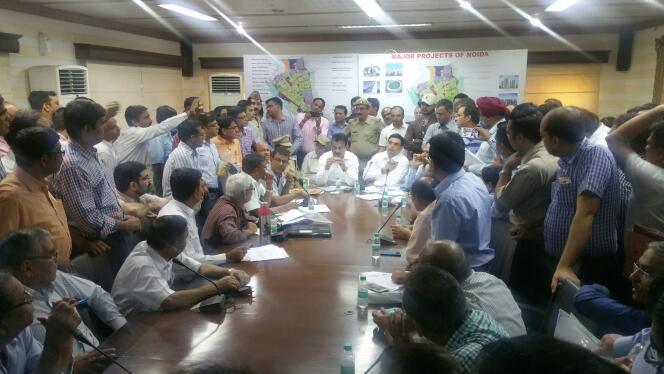 आम्रपाली बिल्डर के बायर्स ने प्राधिकरण में मीटिंग के दौरान किया हंगामा, देखें विडियो