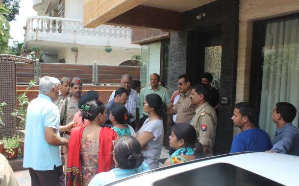 सोसायटी में नहीं है तीन दिन से बिजली, निवासियों ने किया बिल्डर के घर प्रदर्शन, देखें वीडियों