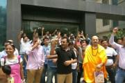 आम्रपाली के 500 बायर्स ने किया बिल्डर के दफ्तर पर हंगामा, देखें वीडियो