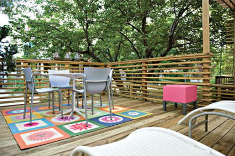 deck slats mimic Herman Miller's Nelson Platform bench image via BaltimoreStyleMag