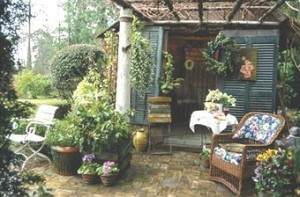 Overspilling Country Porch and Yard via HomeInteriorsZone.com