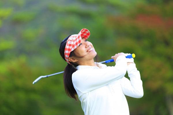ゴルフを楽しんでいる女性