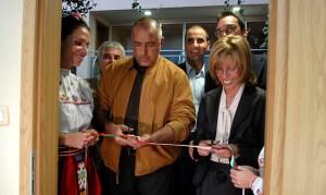 Лидерът на ГЕРБ Борисов, евродепутатката Румяна Желева отрязаха лентата при откриването на новия офис на бургаския депутат от Европейския парламент и водач на групата. ФОТО:ГЕРБ