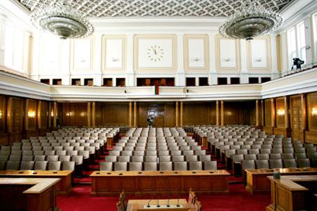 Народното събрание, което се избира на 4 години в състав от 240 избираеми народни представители, осъществява законодателната власт и упражнява парламентарен контрол. За разлика от предшестващите основни закони, Конституцията от юли 1991 г. постановява, че Народното събрание е постоянно действащ орган. Заседанията му са открити, а законите и решенията, които приема, са задължителни за всички държавни органи, организациите и гражданите на Република България. Народните представители представляват не само своите избиратели, но и целия народ, като в действията си се ръководят от Конституцията и законите, в съответствие със своята съвест и убеждения.