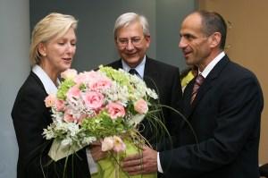 Само 10 месеца бе посланик в България Н.Пр. Г-жа Нанси Макълдауни. На 15 август 2008г. тя бе посрещната с цветя в посолството в София. ФОТО: Посолство САЩ София