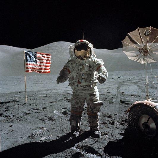 На 20 Юли 1969г. АПОЛО 11 е на Луната. Външната бордова камера предава директно по телевизията пред цялото човечество историческия момент на първата крачка, направена от Нийл Армстронг на друго небесно тяло. С думите: