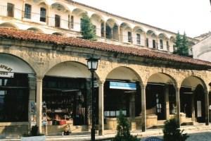 Етно от уникалните архитектурни творения на гения Уста Кольо Фичето е ханът Хаджи Николи във Велико Търново. Ханът се намира на възрожденската Самоводска чаршия и в момента се реставрира.Той е част от архитектурно изкуство и наследство на старата столица. Сградата е триетажна, като невероятни арки и колони крепят всеки от етажите. За този хан се носят множество легенди, както и за неговият собственик.
