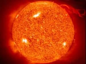 Слънцето е най-близката до нас звезда. За древните то е било божество, даряващо живота. Наричали са го с най-различни имена - египтяните Атон, гърците Хелиос, а римляните Сол. Слънцето е звезда в центъра на нашата Слънчева система, около което се въртят планетите. Слънцето няма ясно изразена повърхност, както например имат земеподобните планети.  В самия център на Слънцето плътността достига 150 g/cm3, като това позволява протичането на термоядрени реакции, превръщащи водород в хелий. Около 8,9×1037 протона (водородни ядра) се превръщат в хелий всяка секунда, отделяйки енергия равна на прервъщането на 4,26 милиона тона маса в чиста енергия по закона на Айнщайн E = mc2. Слънцето отделя енергия равна на 383 йотавата (9,15×1010 мегатона тротилен експлозив, 4,5 трилиона бомби над Хирошима или 1,6 милиарда Цар Бомба в секунда). ФОТО: НАСА