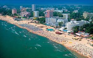 На Слънчев бряг в момента предлаганите хотелски стаи са с пъти повече от туристите. Разстоянието между хотелите вече е не повече от 4 до 8 метра.