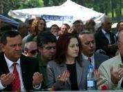 Представителите на Движението за права и свободи (ДПС) на Ахмед Доган си позволяват да използват местата, където се събират съседи с различни религиозни убеждения за пропаганда на своята партия. Политиците по врме на коленичене и молене по време на традиционния годишен събор през 2007г. в местността Демир баба теке край Исперих. По време събора всяка година се почитат жертвите на възродителния процес. ФОТО:актуално