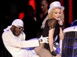 Легендата на поп музиката Мадона е известна със своите еротични изяви на сцената, като тази на концерта в Унгария. През януари тази година еро-примата получил писмо със заплахи от палестински екстремисти, които са се заканили да убият певицата заради израелските нападения в Газа, поради нейните верски убеждения. Мадона се прекланя пред еврейската религия Кабала и проведе специален курс на обучение в Лос Анджелес, на който присъства и българка от Града на Ангелите и ни разказа тогава. ФОТО: Будапест Мконект Биз