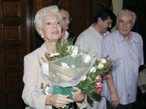 Това не е щастлив ден за България, каза при пристигането си на аерогара София световно известната оперна певица Райна Кабаиванска.В самолета четох за нещастието на Охридското езеро и не мога да не съм съпричастна към тази страшна скръб. Кабаиванска пристигна в България, за да води майсторски клас. ФОТО: Маргарита Николова