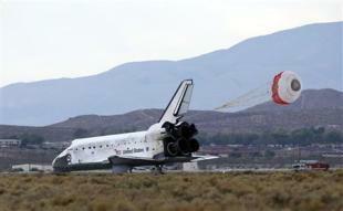 """Космическата совалка """"Дискавъри"""" (Discovery - Откритие) е третата космическа совалка от програмата """"Спейс Шатъл"""". След катастрофите с Чалънджър и Колумбия, тя остава най-старата совалка в активна експлоатация. Дискавъри има и най-много полети - 34 към 19 януари 2008 година. Сред най-известните мисии на """"Дискавъри"""" е извеждането в орбита на телескопа Хъбъл. ФОТО: НАСА"""