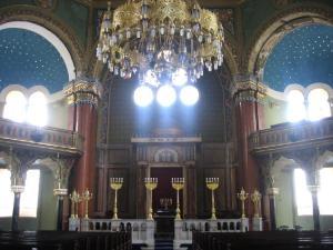 Централният полилей ам Софийската синагога тежи 2 тона и е най-големият в България. Ще познаеш синагогата и по символите на еврейската религиозна традиция. Един от тях е специален свещник с място за седем свещи, наречен менора. Друг символ е шестолъчната звезда или както е по-известна – звездата на Давид. Този знак се вгражда в украсата на синагогите. За декорация се използват още цветя, животни и надписи. Не се изобразяват човешки фигури и образи. Жените и мъжете са отделени едни от други.