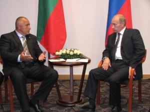 """Министър-председателят на Русия Владимир Путин призова България възможно най-скоро да даде отговор по кои енергийни проекти, предложени от Русия, ще продължи работа, предаде агенция РИА Новости. По думите му той не изключва възможността да има отказ от един от тях. На последната среща между премиерите на България и Русия Бойко Борисов и Владимир Путин били обсъждани строителството на газопровода """"Южен поток"""" и нефтопровода """"Булгас-Александруполис""""."""