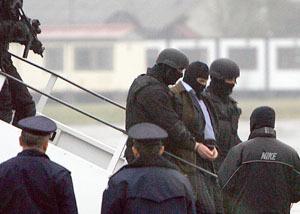 Сретен Йосич бе екстрадиран от летище София в Холандия при изключителни мерки за сигурност през август 2002 г. Йосич бе задържан в България през юни 2002 г. на метри от СДВР. Той бе предаден при изключителни мерки на охрана на Холандия, където е разследван за серия убийства. Името му бе забъркано с няколко от поръчковите убийства у нас, както и с подготвянето на атентат срещу тогавашния главен секретар на МВР Бойко Борисов. Най-прочутият балкански мафиот Сретен Йосич, смятан за един от наркобосовете в Европа, е бил в България на 25 юли 2006г., съобщи тогава в-к