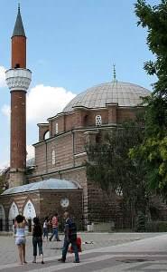 В София джамията е една, а според Главното мюфтийство у нас, мюсюлманите в столицата са 30 хиляди - български граждани, емигранти от Близкия изток и Африка. На петъчните молитви софийската Баня-Баши джамия до Халите се препълва, има мюсюлмани и на улицата отвън, което се изтъква като мотив от мюфтийството за строителство на нова джамия. От 2006 г.-досега главното мюфтийство в България е изпратило няколко писма до кмета Борисов и общината с искане да им се отпусне терен за строителство на нова джамия в София. Общинатa отговорила, че общинските терени са ограничени и затова не може да бъде отпуснат терен, но ако мюфтийството си намери частен терен с размери подходящ за джамия,то тя ще съдейства. През 2006 година силата на звука от минарето на софийската Баня-Баши джамия предизвика широка дискусия и разпъване на масички пред ЦУМ за национална подписка срещу всекидневния молитвен призив. И въпреки че бе поискано да се намали звукът от джамията, въпреки показните призиви в медиите на Бойко Борисов да се намали уредбата, това не се случи. Звукът си е същият, дори както преди 19 години, когато се чува първият призив Езан след 1989 година.