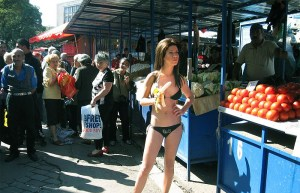"""През октомври т.г. фурор настана на Женския пазар в София, когато младата фолк-певица Милица се появи на Женския пазар в София, облечена само в черен бански костю. Противно на някои мнения, че това е предпочитаното облекло на изпълнителката за шопинг, всъщност тя се появи, """"съблечена"""" по този начин, по повод новата рубрика в предаването """"Станция нова"""" – """"Антистриптийз"""". Ексклузивният антистриптийз на Милица ще бъде върху песента й """"Сексът продава"""". Касов апарат не бе отчетен от данъчните.  ФОТО:слушам"""