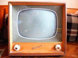 """България има официално телевизия от 26 декември 1959 г., когато сигналът й започва да се излъчва от Телевизионната кула в Борисовата градина в София. Началото, както можем да се досетим, е съвсем скромно и като техника, и като програма. Единственото косвено доказателство са произведените бройки на пуснатия на пазара през тези години в серийно производство оригинален български телевизор """"Опера"""