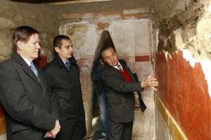 """На 16 октомври 2009г. (от ляво надясно) изпълняващият длъжността посланик на САЩ в София Джон Ордуей и зам-министърът на културата д-р Тодор Чобанов слушат разясненията относно реставрационния проект от страна на директорът на историческия музей """"Искра"""" д-р Косьо Зарев.Гробницата бе открита през 1995 г. и е най-ранният пример на тракийска гробница с изрисувани """"цветни пояси"""". Проектът за реставрация на гробницата бе избран измежду много подобни проекти кандидатстващи за финансиране по програмата """"Посланически фонд за опазване на културното наследство"""". Субсидията за гробницата е на стойност над 33 хиляди долара. ФОТО: Американско посолство София"""