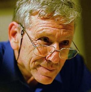 """Амос Оз (Амос Клаузнер) е израелски писател, и журналист. Професор по литература в университета Бен-Гурион в Беер Шева и съосновател на пацифисткото движение """"Мир-сега""""."""