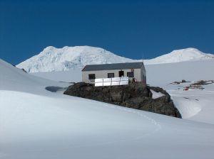"""Изследователската база """"Свети Климент Охридски"""" е българско научно съоръжение на остров Ливингстън, част от антарктическия архипелаг Южни Шетландски острови.Базата е основана през 1988, а от 1993 с указ на Президента Желю Желев е наречена Св. Климент Охридски."""