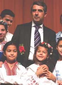 Българският президент Росен Плевнелиев направи задушевна снимка за спомен с български деца в българското училище в Ню Йорк на 23 септември 2012 г. Подобни фотоси с дечица и управляващи са много популярни в световната фотография. Въпросът е, как българският президент ще обясни на българските родители на тези сладки наши създания, защо отново техните семейства са изолирани от правото си на значим вот и представителство в българския парламент? Или по-простичко - къде отиват техните гласове и бъдещето на техните деца поне за следващите четири (4) години? На снимки сме се нагледали, на обещания сме се наслушали, но на реални действия така и не станахме свидетели. Надеждата е, че за тези деца от снимката ще дойде по-добро време в което да почувстват, че някой там в Родината мисли и действа и за тях. Така както мисли и действа с тези българи зад граница, които вече години наред силните политически партии откриват и наготово назначават в техните правителства. Последното доказателство е и служебното правителство на президента Плевнелиев.