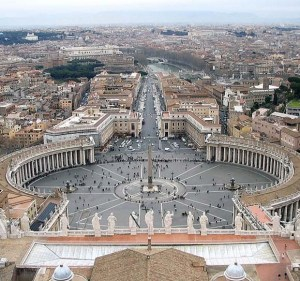 """Площадът пред църквата, по проект на Лоренцо Бернини, е ограден от 264 колони в четири реда.Базиликата """"Свети Петър"""" е една от четирите папски базилики в Рим. Останалите три базилики се: Сан Джовани ин Латерано, Санта Мария Маджоре и Сан Паоло Фуори ле Мура. Това е най-високата сграда във Ватикана, чийто купол се вижда в целия град Рим."""