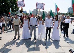 През юни 2012 г. три двойки младоженци пристигнаха на контра шествието срещу Гей-парада преди началото му. Една от двойките се целуна пред събралите се хора, за да покажат своята хетеросексуалност. В шествието се включи и свещеникът Евгени Янакиев, който с крайните си изказвания си навлече гневът на правозащитните организации. С патриотични песни  и с български знамена протестното шествие тогава тръгна от пилоните на НДК и продължи до църквата