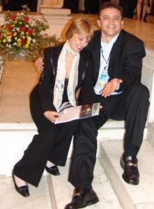 Сбогом Ани! Отиде се една усмивка и радост, без ирония и фалш! Без завист, а напротив, за успеха на хората, около нея. На снимката  Ани разглежда 1-ят брой на в-к Обзор, първото печатно издание на български език на Зап. Бряг в САЩ, на приема на президента за 24 май. Фото: не помня вече, приятел