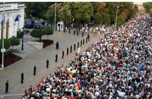 Строги редици пред тълпа от лумпени. Фото: Милен Радев Блог