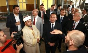 7 август 2013 г. Вицепремиерът на Турция Бекир Боздаг, който е на неофициална тридневна визита у нас, бе днес в Русе.Там той посети Среднообразователното духовно училище и джамията
