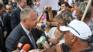 """Червеният лидер Сергей Станишев водеше депутатите от парламентарната група на БСП, които напуснаха извънредното заседание на парламента, където се обсъждаше актуализацията на бюджета, за да се порадват на подкрепата на стотиците граждани, които се включиха тази сутрин в т.нар. контрапротест.""""Цяла България трябва да знае, че има хора, които подкрепят това, което прави правителството на Пламен Орешарски – спешните социални мерки"""", обясни Станишев пред журналисти."""