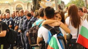 Протестиращите 64-ти ден не се опитваха да преминат през полицията, като просто стоят пред живата верига от полицаи пред Народното Събрание.