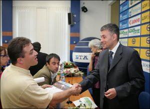 Соломон Паси (вдясно) с Евгени Веселинов - гл. редактор на в. Обзор, Лос Анджелис по време на 1-та среша на българските медии на 24 май 2005 г. (Фото:БТА)