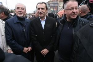 Лидерът на ДПС Лютви Местан, Премиерът Пламен Орешарски и лидерът на БСП Сергей Станишев по време на митинг в София.