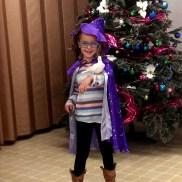 Живо гълъбче, костюм на фея, очила ... е какво му трябва на едно българско дете. 6-годишната Ангелина гордо държи пиленцето след фокуса на чичо Стоил.