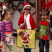 """Близнаците Елена (ляво) и Павел (дясно) Маркови със своето ново приятелче (в средата) на импровизираната сцената на новото Българско училище Лос Анджелис, Школа по Родолюбие """"Златната ябълка"""""""