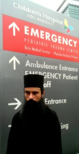 Българският свещеник Еп.Даниил пристигна в детската клиника Children's Hospital Los Angeles облечен в своето расо.